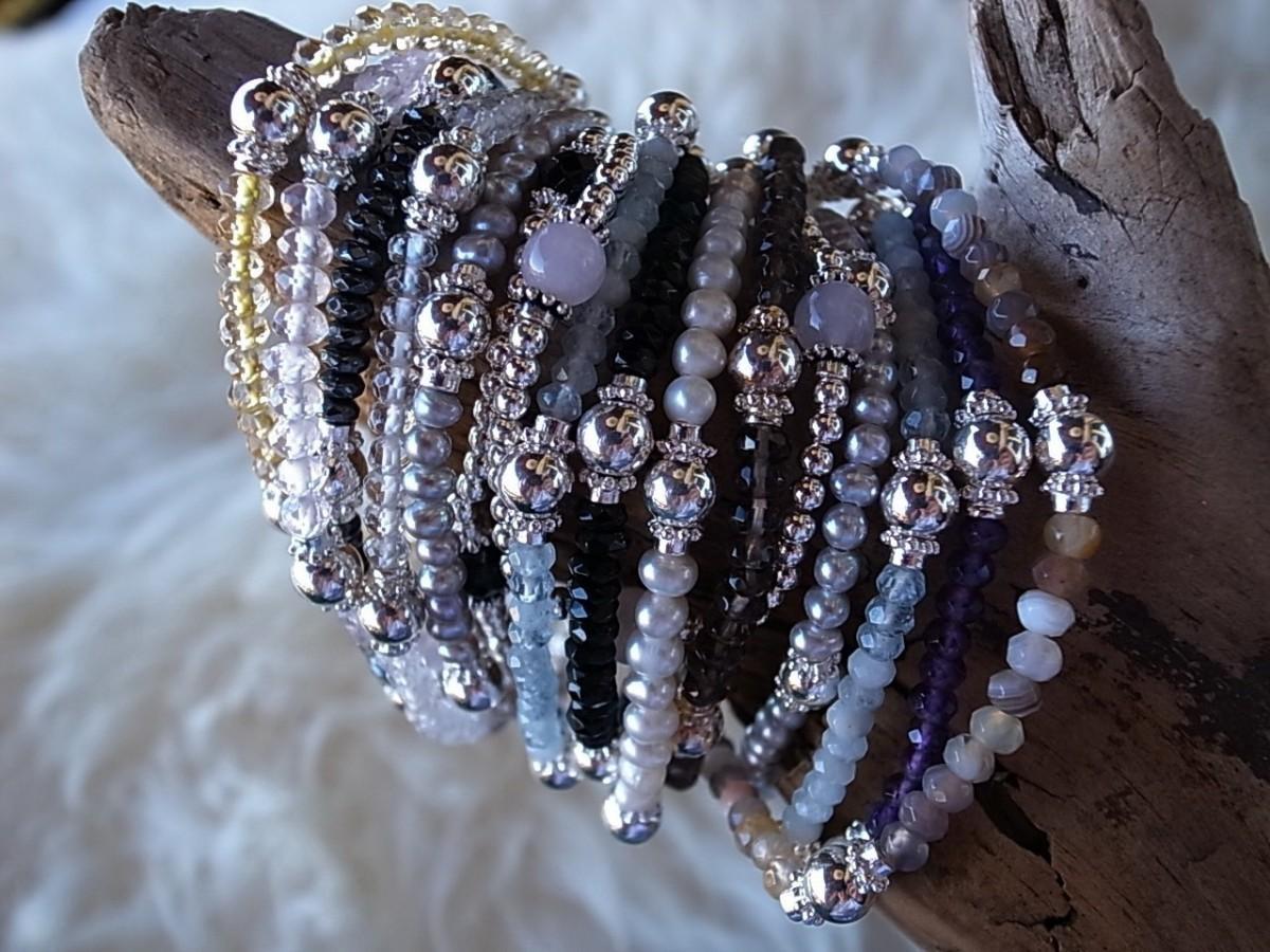 div. Armbänder auf Gummit mit Silber und verschiedenen Steinen je CHF 35.00.JPG
