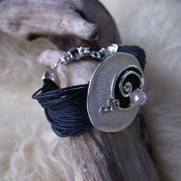 Armband mehrfach Leder schwarz Längenverstellbar mit Amulette mit Perle CHF 28.00.JPG